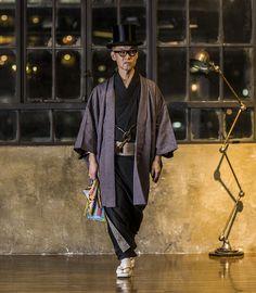 """「プレミアムジャパン」と「銀座もとじ」のコラボ着物""""ジャパン・ブラック 001""""前回の記事はこちら。若い世代から風格漂う世代まで、年齢の上限なく着こなせる「プレミアムジャパン」と「銀座もとじ」のコラボ着物""""ジャパン・ブラック… Men's Kimono, Male Kimono, Kimono Fabric, Tokyo Fashion, Harajuku Fashion, Mens Fashion, Japanese Costume, Japanese Kimono, Kabuki Costume"""