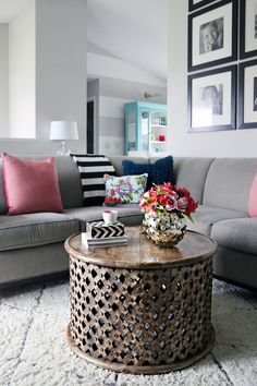 Want to make a coffee table? We've collected our favorite homemade unique coffee table ideas to give you inspiration to give it a try. Living Room Inspiration, Home Decor Inspiration, Decor Ideas, Home Living Room, Living Room Decor, Unique Coffee Table, Coffee Tables, Round Wooden Coffee Table, Circular Coffee Table