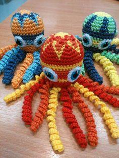 Deze inktvisjes zijn gemaakt door Kathleen Vanmarcke. Crochet Fish Patterns, Crochet Octopus, Amigurumi Patterns, Crochet Animals, Crochet Toys, Knit Crochet, Crochet Bebe, Crochet For Kids, Preemie Octopus