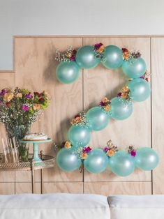 DIY: Flowery balloon garland- DIY: Blumige Ballongirlande Carnations and balloons DIY wall decoration Tollwasblumemach … - Diy Garland, Balloon Garland, Flower Balloons, Balloon Balloon, Diy Birthday Decorations, Balloon Decorations, Birthday Garland, Happy Birthday Banners, 2nd Birthday Parties