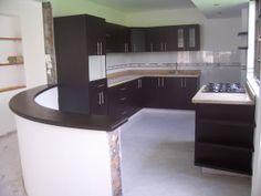 Pereira Fabricada por C&G Arte y Decoración: Cocina con meson en granito natural, con estufa marca HACEB Torre de alacena, doble poceta, barra auxiliar curva en madera, manija tubular acerada.