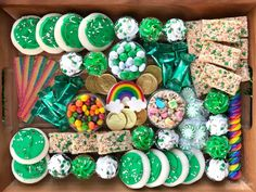 charcuterie board Check out the amazing St. Patrick's Day Rainbow dessert charcuterie board we whipped up for March. Seasonal favorites make an eye-appealing, sweet spread. St Patricks Day Crafts For Kids, St Patricks Day Food, St Patrick's Day Crafts, Trader Joes, Holiday Treats, Holiday Fun, St Patrick's Day Traditions, St Patrick Day Snacks, Lucky Charms Treats
