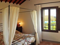 Tuscany holiday apartments accommodation Tuscan farmhouse San Gimignano B&B rooms Italy AGRITURISMO POGGIACOLLE