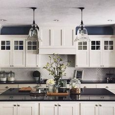 The Many Advantages of Black Kitchen Countertops White Kitchen Cabinets Advantages Black Countertops Kitchen Black Kitchen Countertops, Kitchen Countertop Materials, Kitchen Cabinets Decor, Kitchen Redo, Kitchen Dining, Kitchen Ideas, Kitchen Bars, Kitchen Inspiration, Kitchen Worktops