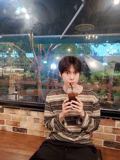 저도 이제 커피를 마셔요@.@  물론 시럽은 넣어요.  Camera  by mom  #DOYOUNG #도영 #NCT127 #NCT