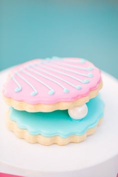 The Pearl Princess Party, Oyster Cookies . I am not exactly one with the cookie baking, but maybe a semi-homemade version of these using almond cookies, icing and a teeny piece of candy coated chocolate? Cute Cookies, Cupcake Cookies, Cupcake Toppers, Oyster Cookies, Donuts, Yummy Treats, Sweet Treats, Cookies Decorados, Summer Cookies