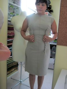 Why can't you make a firm dress, like this, with a zipper in the back? Close the openings, neck, arms and bottom. Then stuff it firmly? Diy Sewing Projects, Sewing Tips, Sewing Hacks, Sewing Tutorials, Sewing Crafts, Couture Sewing Techniques, Sewing Room Decor, Sewing Alterations, Pattern Drafting