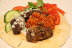 Köfte- Turkiska biffar med paprikasås och tarator - ZEINAS KITCHEN Zeina, Tahini, Steak, Food And Drink, Kitchen, Recipes, Middle East, Dinner Ideas, Kitchens