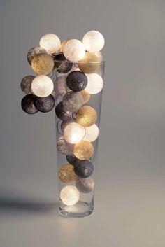 Sand - Grey Cotton Ball Lights Lichtslinger Trendysfeerverlichting: Cotton Balls zijn gemaakt van katoengaren en hebben elk een omtrek van 20,5 cm. In iedere Cotton Ball zit een gaatje van ongeveer 3mm, waar je het lampje doorheen kunt steken, nadat je er een knipje in hebt gemaakt. Het effect is geweldig! Leuk om te krijgen en leuk om te geven, bij uitstek een super kado dus!