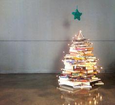 L'arbre de Nadal que vam fer al Vapor Lab el 2013! Bonic, oi? Va ser el nostre punt d'iniciació per a l'intercanvi de llibres!