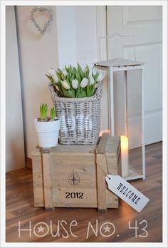 House No. 43: Welcome - willkommen - Schöne Deko Idee mit Holzkiste, Tulpen Korb und Hyazinthen für den Flur oder das Wohnzimmer.