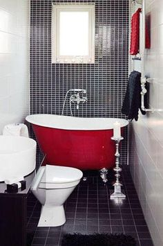 Banheiro com detalhes preto, vermelho e branco.