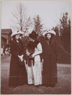 Spala 1912: Grã-duquesas Olga e Tatiana com a Princesa Irene da Prússia, sua tia (irmã de Alexandra).
