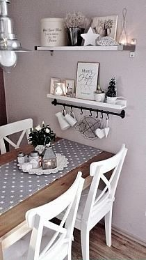 półki nad stołem ale nie moje kolory Shabby Chic Kitchen Chairs, Shabby Chic Kitchen Table, Romantic Kitchen, Farmhouse Table, Table For Small Kitchen, Rustic Farmhouse, Kitchen Ideas, Ikea Table And Chairs, Ikea Dining Table