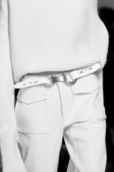 white kniw white leather belt white linen pants pockets details simplistic
