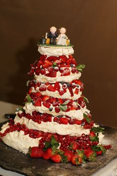 Think different... Try this giant pavlova cake!