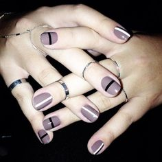 Uñas con diseños minimalistas en color morado con lineas en color negro
