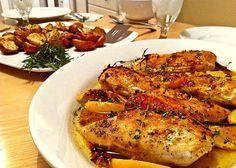 Pechugas de pollo al horno, una de las mejores recetas de pollo, con ingredientes sencillos, hierbas aromáticas, ajo, limón y aceite de oliva.