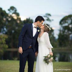 ¿Sientes la energía de ese beso? Amor sentido por cada poro del cuerpo. Foto @JuanCartagena  Llama al 3106158616 / 3206750352 / 3106159806 y reserva desde ya, atendemos todos los días de la semana y fines de semana incluido festivos.  #ZonaE #CasaBali #ZonaELlangrande #bodas #BodasAlAireLibre #BodasCampestres #Eventos #weddingplaner #weddingplanning #weddingtips #boda #wedding #timetoparty #celebration #weddingreception #weddingparty #destinationwedding #bodascolombia #bodasmedellin #tuboda…
