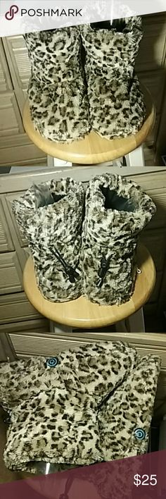 Cheetah fur foot massage booties boots indoor shoe Furry and fuzzy, lovely warm booties, gently used, in great condition. There's a little bit of lint inside the linings of the boots, see pics!!  They have a built in massager on both boots, both work!! They say size S, small, but fit sizes 7/8 .   Questions? Leave a comment!!  All sales final after shipment, please ask any questions prior to purchase!!  Bundle to save!! Price negotiable!!  Check out my other listings!! Shoes Ankle Boots…