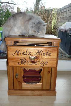 """Mietz Mietz Herberge ♥  Das wird der neue Lieblingsplatz ihrer Katze !!!  Hier habe ich ein Katzenhaus, ein Katzen-Schlafplatz ( 58x 37 x 47 cm ) aus einem  Nachttisch  kreiert. Das """"Haus"""" ist..."""
