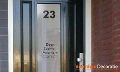 Voordeurdecoratie print en ontwerpt raamfolie stickers met familienaam en huisnummer.