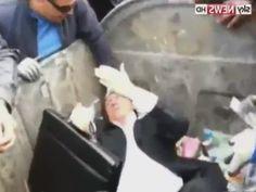Un politicien Ukrainien corrompu jeté dans une poubelle ! #buzz #video #ukraine #politique
