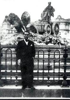 1933: frente a la Cibeles, en su última vez en Madrid.