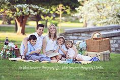 Family picnic photoshoot in tower grove park by Jillian Farnsworth.