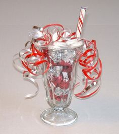 Candy Arrangement in a Sundae Glass  You will need: a Sundae glass, a piece of stick candy, Hershey's chocolate kisses of one flavor or several, Life Savers, Candy Arrangements, Candy Decorations, Christmas Decorations, Chocolate Bouquet, Chocolate Kisses, Chocolate Sundae, Candy Bouquet, Food Gifts, Jar Gifts