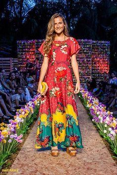 O vestido é lindo. Mas meu foco é a cenografia, rsrs. Amei a passarela e o fundo com paletts!