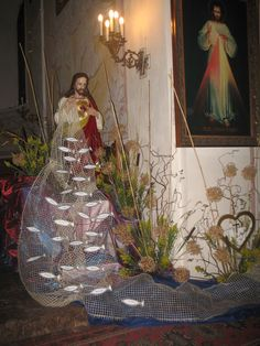 23 Clever DIY Christmas Decoration Ideas By Crafty Panda Altar Flowers, Church Flower Arrangements, Church Flowers, Floral Arrangements, Divine Mercy Church, Divine Mercy Sunday, Easter Altar Decorations, Christ Tomb, Sunday School Crafts For Kids