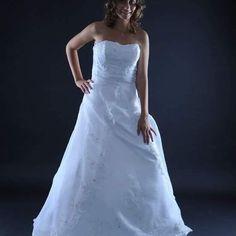 Celokrajkové svatební šaty u nás k zapůjčení i prodeji Velikost: 40