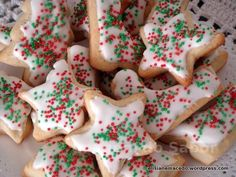 Nesta época do ano, quando eu era criança, minha mãe com a nossa ajuda (da criançada), preparava dezenas de biscoitos com uma cobertura branquinha feita de claras e açúcar. Comíamos o tempo todo, m...
