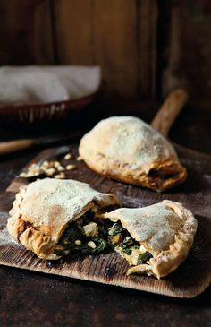 Calzone with spinach and feta Forget the pizzeria's dangling calzone and make your own flavor filled with juicy spinach and feta cheese. Best Spinach Recipes, Veggie Recipes, Dessert Recipes, Cooking Recipes, Calzone, Yummy Snacks, Yummy Food, Swedish Cuisine, Healthy Foods To Make