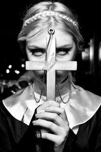 The girl in the image of nuns hid his face behind the cross Girl Face, Woman Face, Dark Photography, Portrait Photography, Illusion Fotografie, Hot Nun, Backpiece Tattoo, Religion, Religious Tattoos