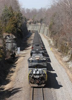 Southbound Norfolk Southern train No. 890 passes Kings Mountain, Ky., on March 21, 2014. Photo by Jeff Wagoner