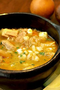 Receta típica de la Sopa de Mute, que se prepara en las regiones de Boyacá y Cundinamarca. Contiene todo lo que se necesita, para una comida completa y el sabor, exquisito! Una maravillosa receta, con maíz e ingredientes frescos. Para compartir en familia, especialmente en las épocas de frío.