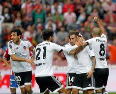 @valenciaoficial Paco Alcácer y Jaume Domènech valen los 3 puntos en el Molinón. Un gol 'in extremis' del delantero español salva los muebles de unos 'chés' que consiguen su primera victoria en la Liga #9ine