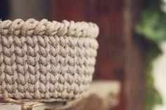JEDNODUCHÝ NÁVOD NA HÁČKOVANÝ KOŠÍK - Tričkovlna Free Crochet, Knit Crochet, Merino Wool Blanket, Straw Bag, Diy Home Decor, Diy And Crafts, Purses, Knitting, Tricot