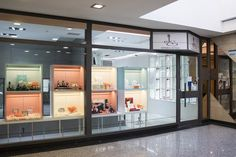 Empresa familiar trabajando desde el año 1975 en la venta de productos de joyería, relojería y objetos de regalo.