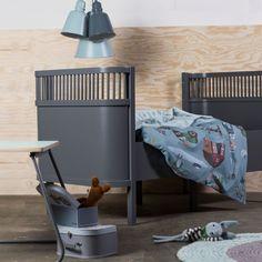 Gammel skuvseng malt i feks Jotun Grå Skifer. Bildet er bare for å illustrere grå seng.