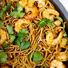 Surinaamse bami met garnalen - recept - okoko recepten Seafood Recipes, Cooking Recipes, Suriname Food, Asian Recipes, Healthy Recipes, Exotic Food, English Food, Indonesian Food, Pasta Dishes