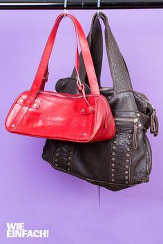 Des Fräuleins liebster Freund: die Handtasche! Damit alle Taschen untergebracht werden können, empfehlen wir Duschvorhang-Clips. Einfach an der Stange im Kleiderschrank anbringen und Taschen einhängen. Spart Platz und schafft Überblick! Foto: Torsten Kollmer