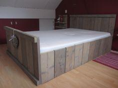Bent u opzoek naar een steigerhouten bed nachtkastje andere meubels of gewoon als decoratie - Decoratie bed ...