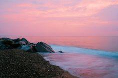 Розовый закат на море