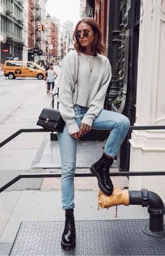 27 New Ideas fashion outfits inspiration grey sweater Fashion Mode, Look Fashion, Trendy Fashion, Fashion Ideas, Fashion Black, Lifestyle Fashion, Dress Fashion, Fashion Clothes, Woman Fashion
