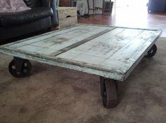 Een stoere lage salontafel, gemaakt van oud hout