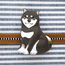 柴犬の帯留に黒柴が登場しました。 ※構造上、帯留金具が下の方に付いています。三分紐を緩く結ぶとおじぎしてしまう可能性もあるので、しっかり閉めていただくことをお薦めします。#柴犬 #手作りアクセサリー #着物 #帯留め