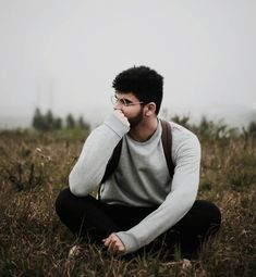 Senior Boy Photography, Portrait Photography Poses, Best Photo Poses, Poses For Pictures, Male Models Poses, Male Poses, Mens Photoshoot Poses, Travel Pose, Boy Poses